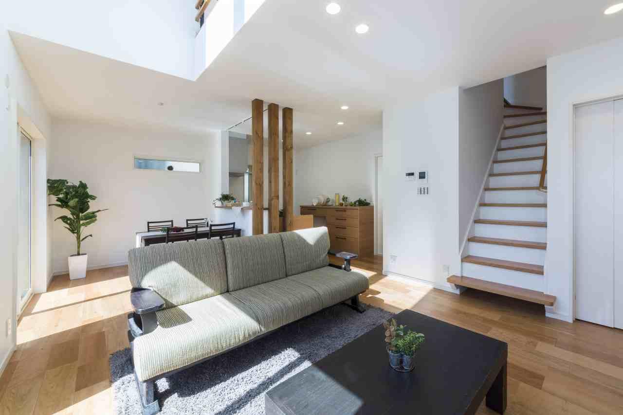 白と木の対比が美しいシンプルな家